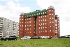 Дом по ул. Дружинина, 41, паркинг, мансардный этаж, построен в 2006 г.